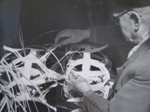 El abuelo Tono tejiendo una palma de Ramos